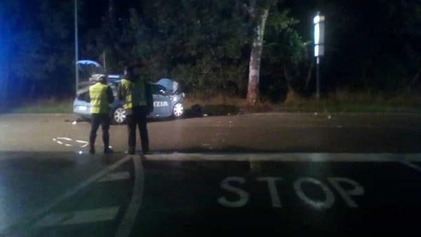 Ravenna, auto della polizia finisce contro un albero: morti i due agenti