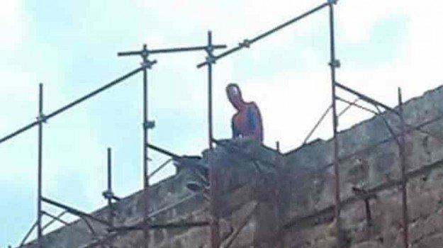 Palermo, vestito da Spiderman minaccia di lanciarsi da un ponteggio