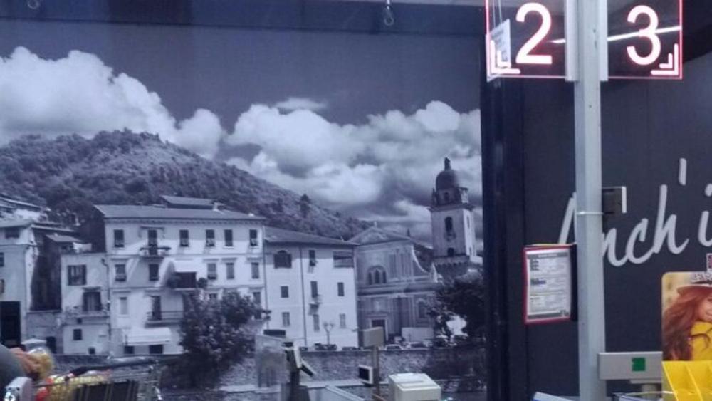 In un poster Lidl tolte le croci a chiese. Meloni: boicottiamo