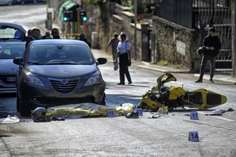 Roma, schianto tra due auto e due moto: muore un ragazzo