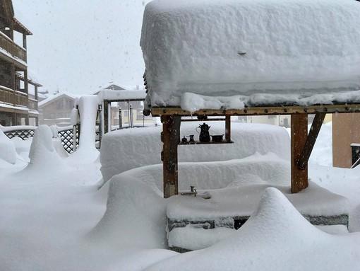 Cervinia invasa dalla neve riprende i contatti con il mondo