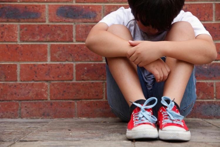 Lascia il figlio in casa per 20 minuti, denunciato per abbandono