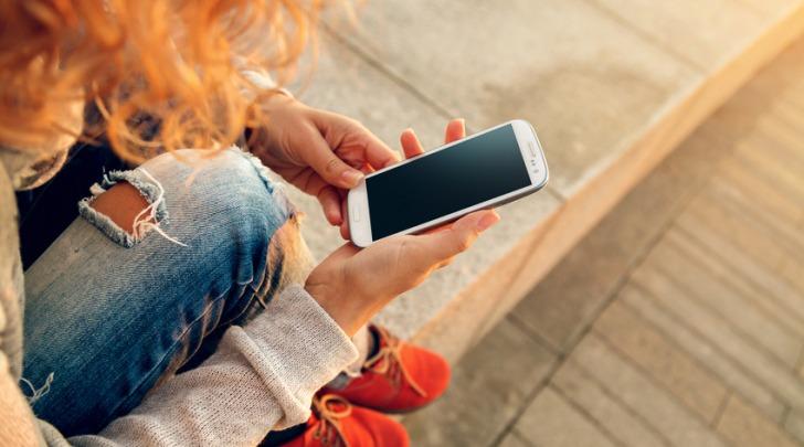 Lecce, il papà le sequestra lo smartphone: 12enne tenta il suicidio