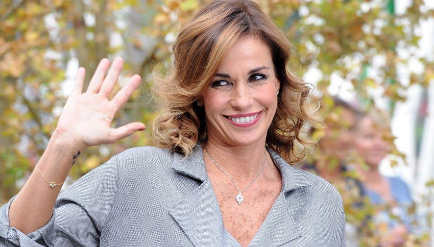 Cristina Parodi seno di fuori con il marito Giorgio Gori in costume
