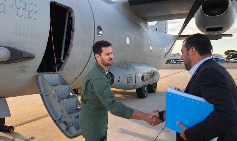Matteo Salvini prima di salire a bordo dell'aereo per la Libia.