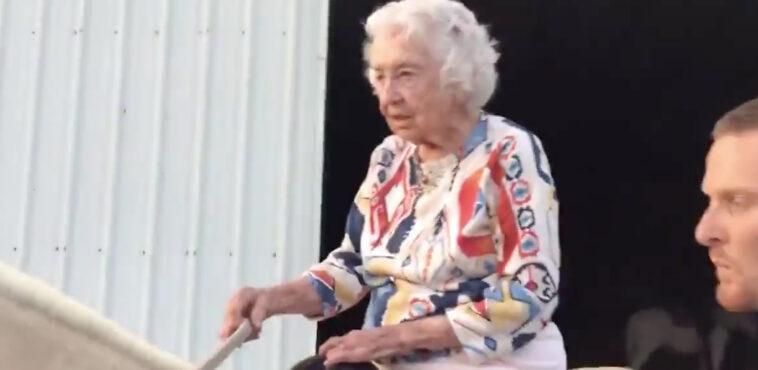 donna anziana a cavallo
