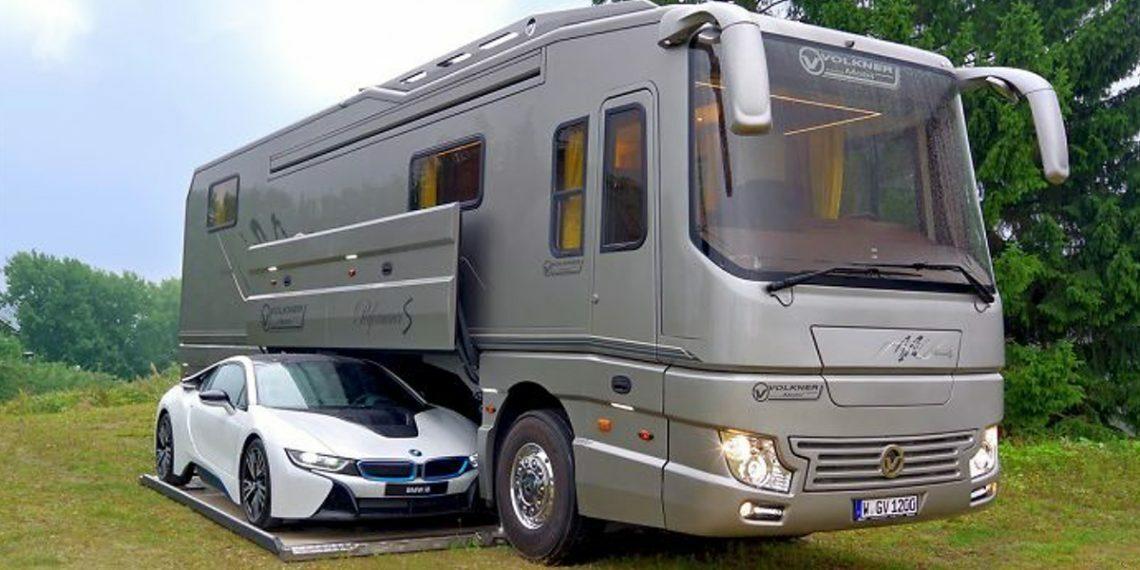 Miliardario spende 1 milione e mezzo di euro per questo camper con il garage, dentro è favoloso /FOTO
