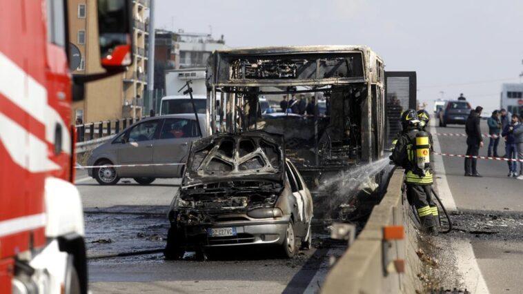 Bus in fiamme, ecco come i carabinieri hanno salvato la vita agli studenti a bordo