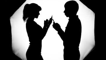 5 segni che indicano che il tuo uomo sta ancora pensando alla sua ex