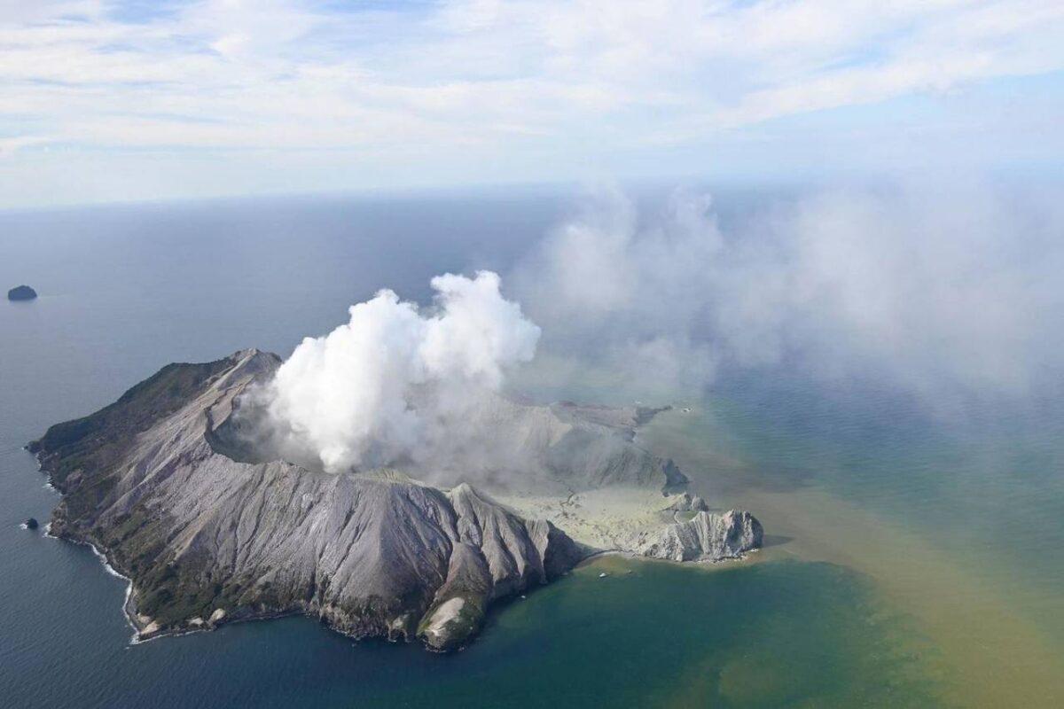 Erutta vulcano in Neo Zelanda: morti 5 turisti, molti disper
