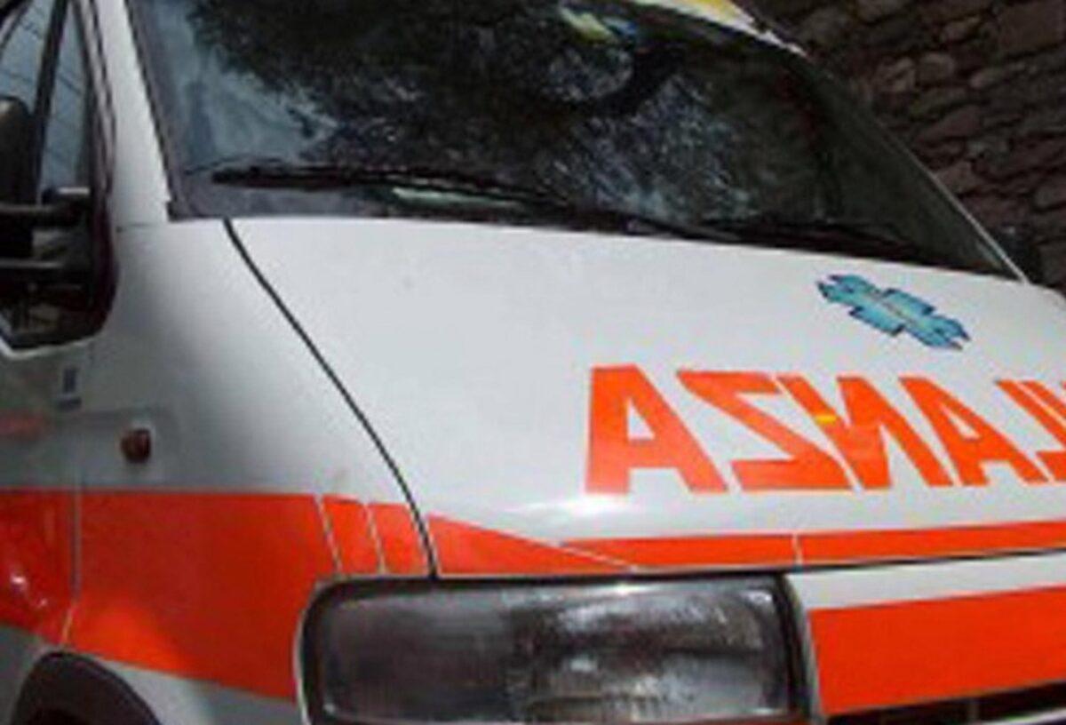 Scontro tra filobus e camion dei rifiuti: molti feriti, uno