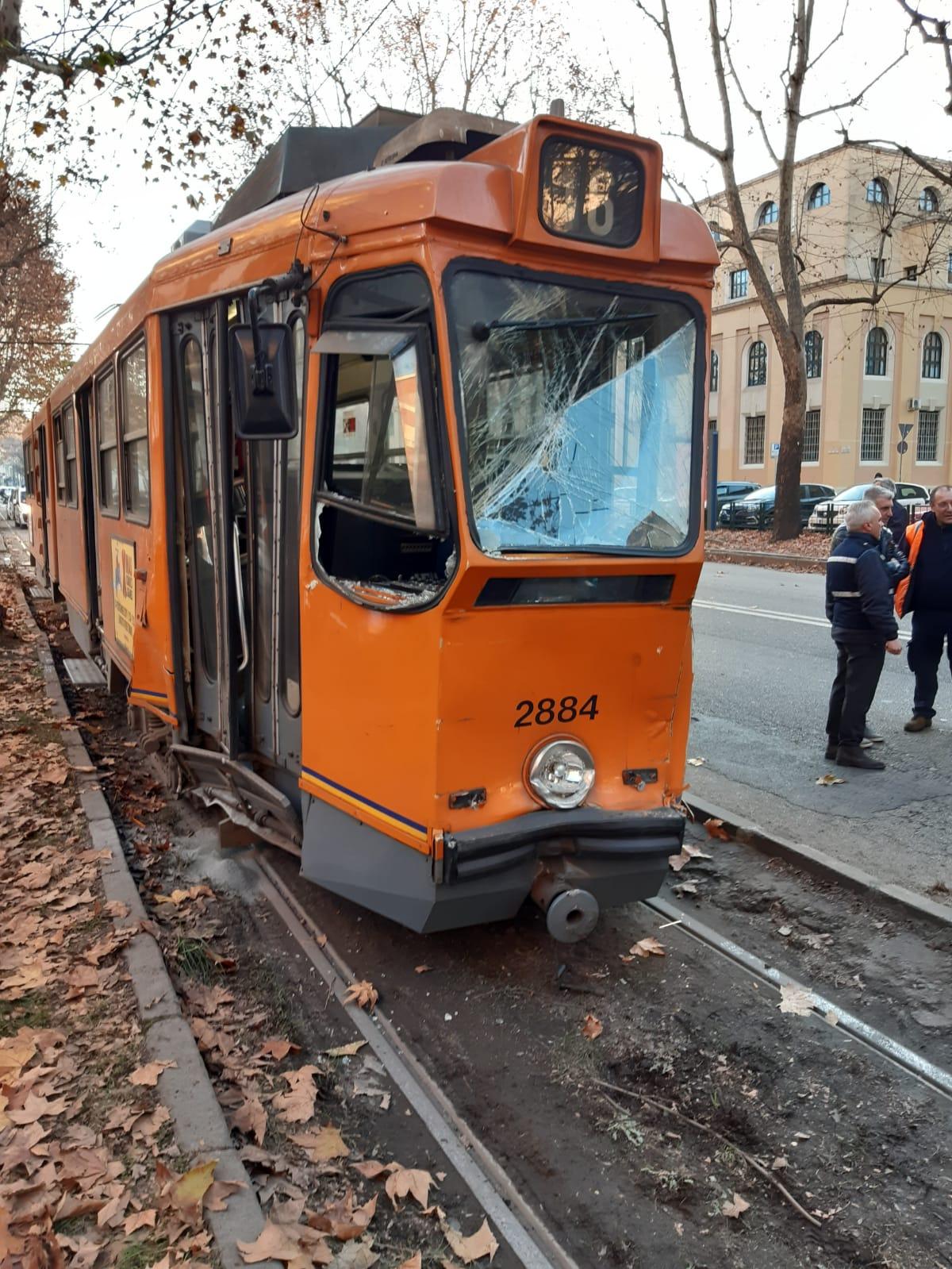 Scontro tra due tram a Torino: 14 feriti (compreso il manovr