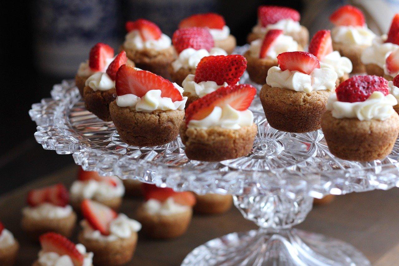 dolcetti deliziosi con fragole e panna