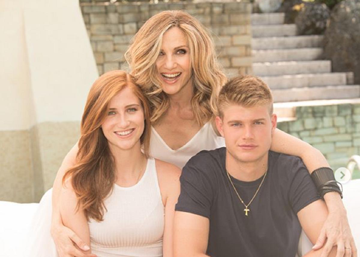 Lorella Cuccarini con due dei suoi quattro figli