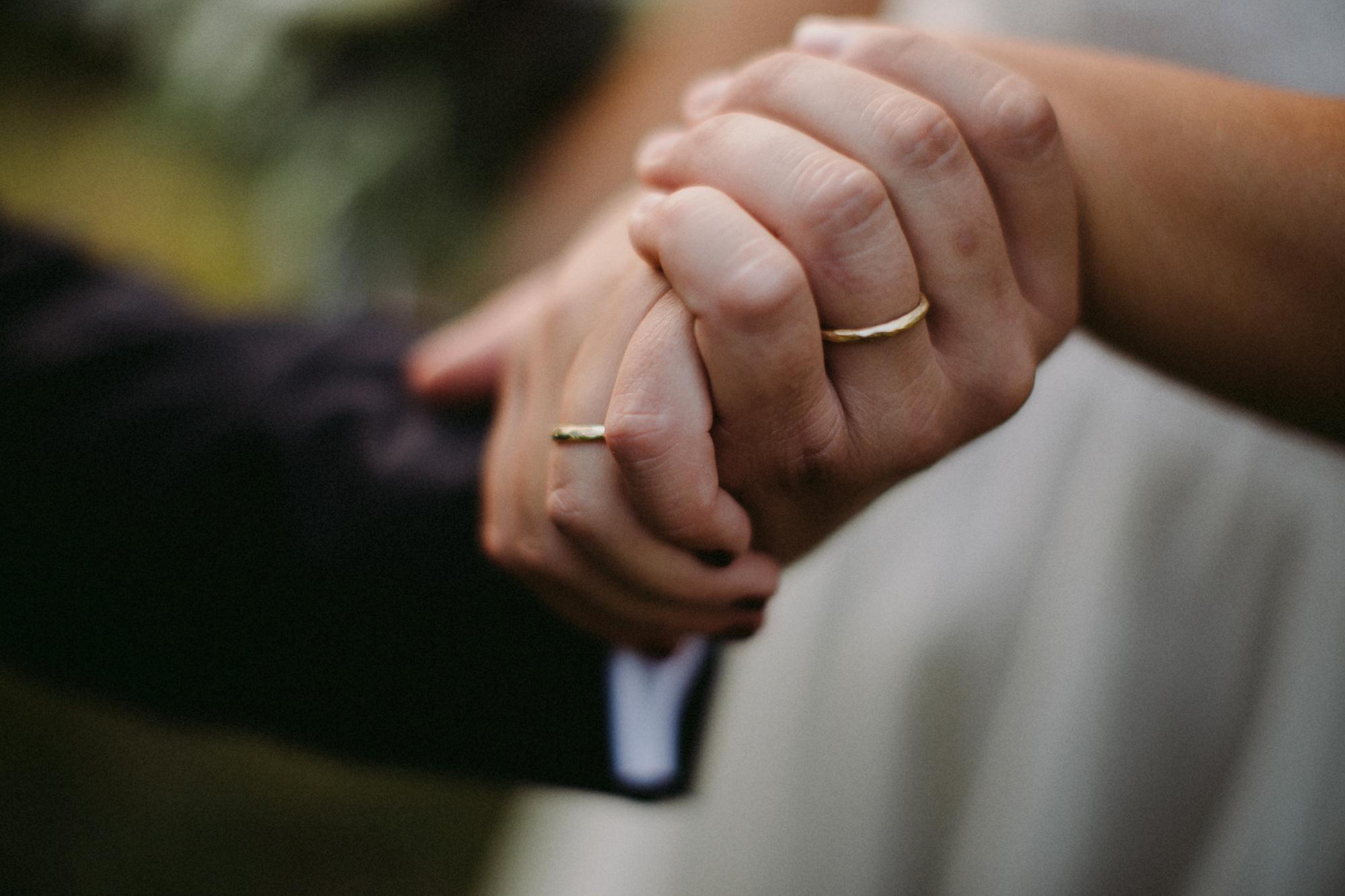mani con le fedi nunziali