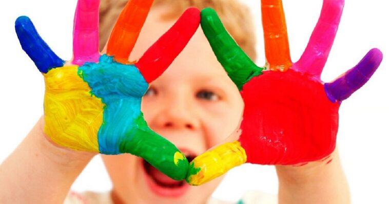 Bambino che dipinge