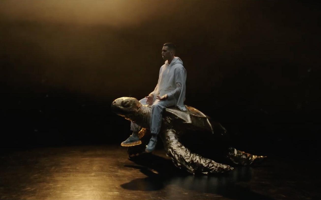 Mahmood in una scena del videoclip di Rapide