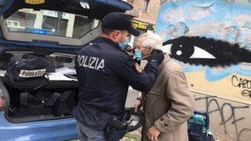 poliziotti regalano mascherina ad anziano