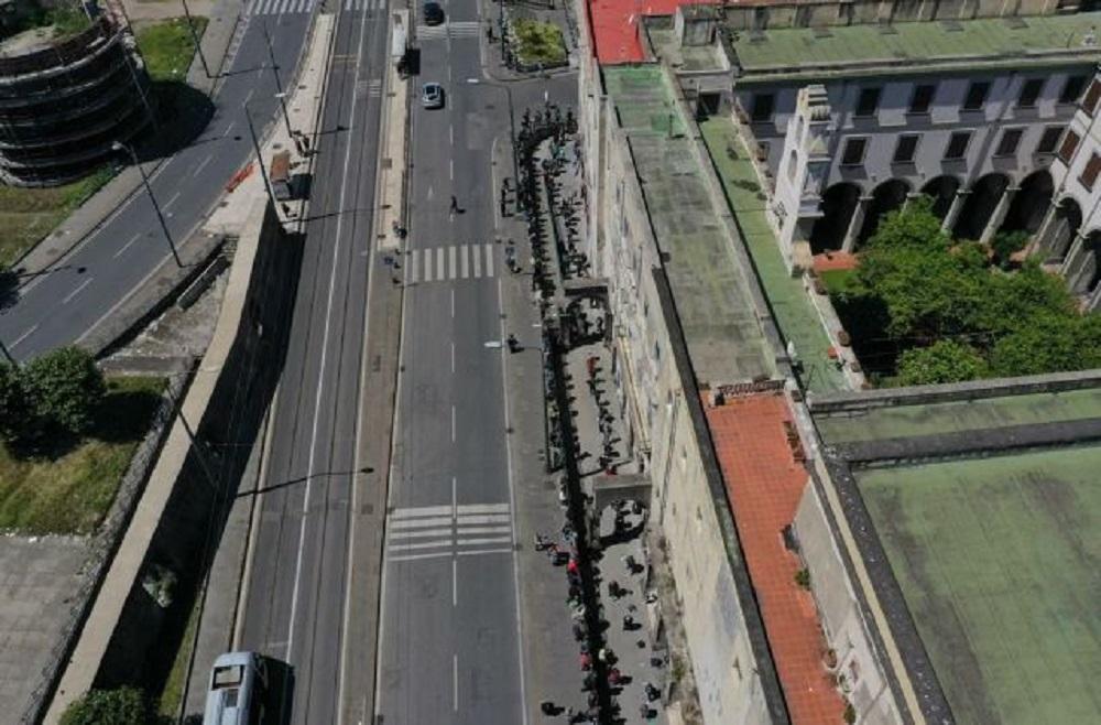 fila di poveri a Napoli