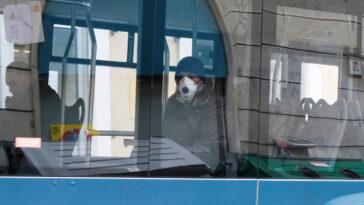passeggero con la mascherina a bordo di un autobus