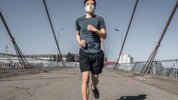 jogger con la mascherina