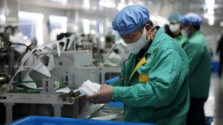 lavoratori con mascherine