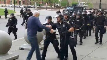 Anziano spinto dalla polizia