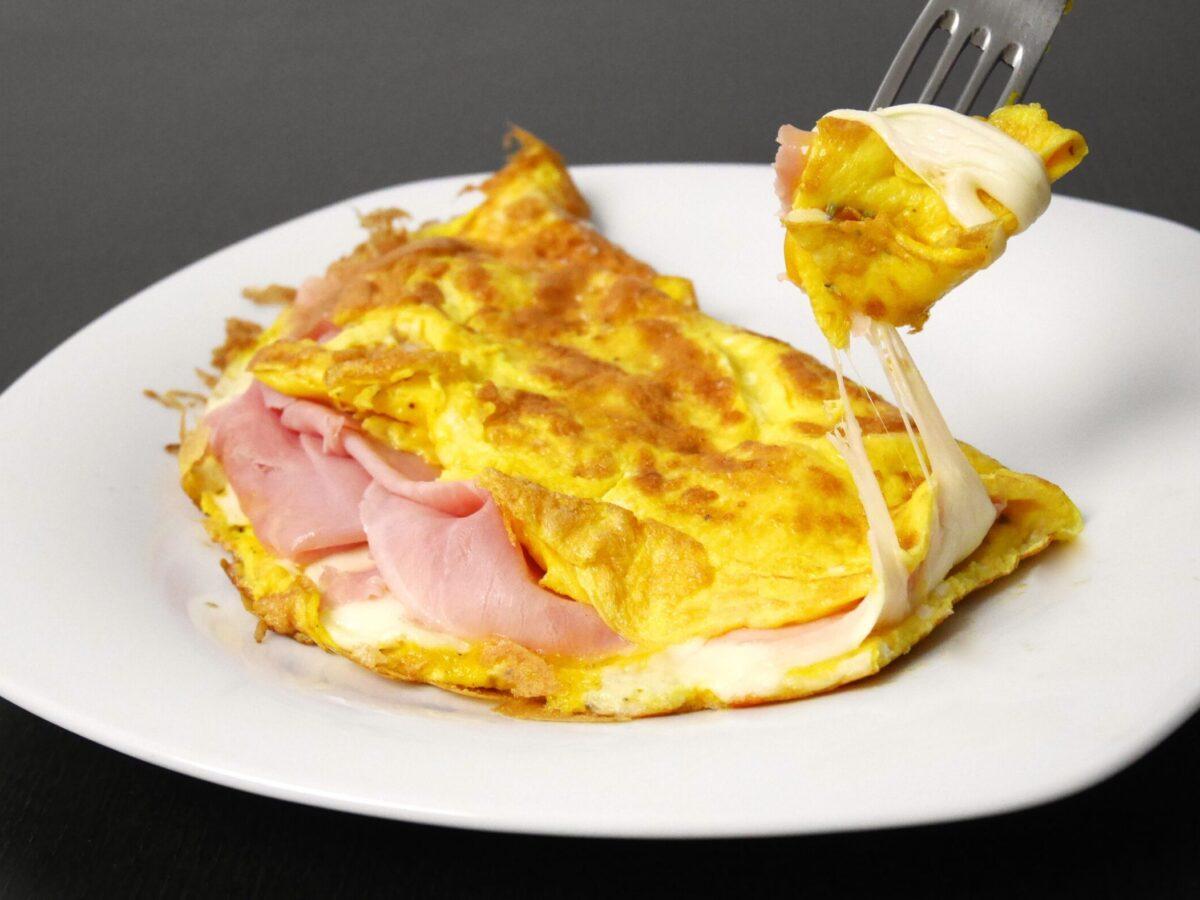 Omelette Ricetta Ripieno.Omelette Prosciutto E Formaggio La Ricetta Del Piatto Francese Famoso Nel Mondo