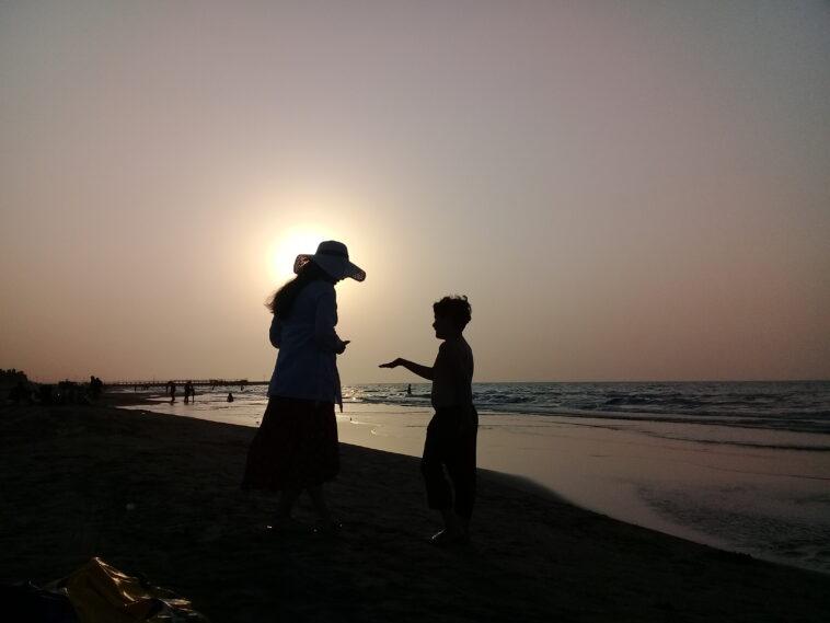mamma e figlio in spiaggia