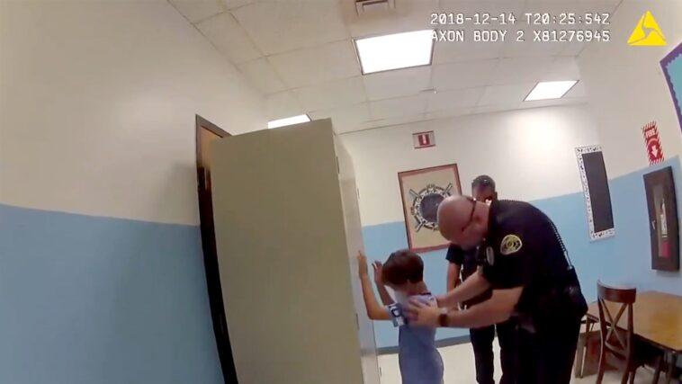 poliziotto arresta bimbo di 8 anni